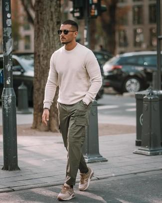 Come indossare e abbinare: maglione girocollo bianco, pantaloni cargo verde scuro, scarpe sportive marrone chiaro, occhiali da sole neri