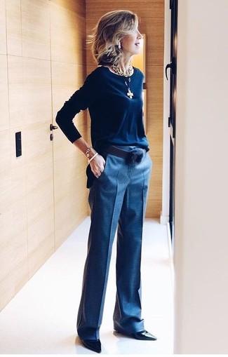 Come indossare e abbinare un gioiello per una donna di 50 anni: Prova ad abbinare un maglione girocollo blu scuro con un gioiello per un'atmosfera casual-cool. Décolleté in pelle neri sono una valida scelta per completare il look.