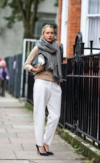 Come indossare: maglione girocollo marrone chiaro, pantaloni eleganti bianchi, décolleté in pelle scamosciata blu scuro, pochette in pelle nera e bianca