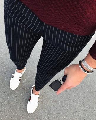 Come indossare: maglione girocollo bordeaux, pantaloni eleganti a righe verticali neri, sneakers basse in pelle bianche, occhiali da sole neri