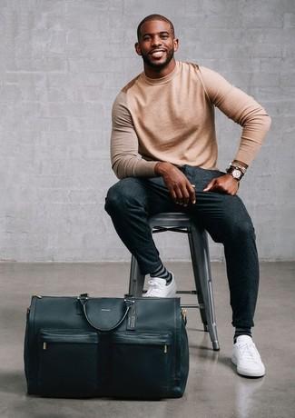 Come indossare e abbinare: maglione girocollo marrone chiaro, pantaloni eleganti di lana grigio scuro, sneakers basse in pelle bianche, borsone in pelle nero