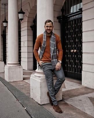 Come indossare e abbinare un maglione girocollo terracotta: Abbina un maglione girocollo terracotta con pantaloni eleganti di lana grigi come un vero gentiluomo. Stivali chelsea in pelle scamosciata marroni sono una gradevolissima scelta per completare il look.