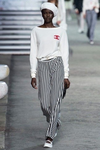 Come indossare e abbinare: maglione girocollo bianco, pantaloni larghi a righe verticali bianchi e neri, ballerine in pelle bianche, pochette in pelle nera