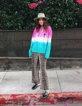 Come indossare: maglione girocollo effetto tie-dye multicolore, pantaloni larghi leopardati marroni, mocassini eleganti in pelle neri, borsalino di lana grigio
