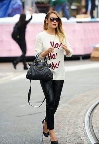 Come indossare: maglione girocollo stampato bianco e rosso, pantaloni skinny neri, décolleté in pelle scamosciata neri, cartella in pelle nera