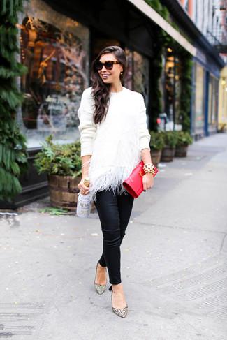 Come indossare e abbinare: maglione girocollo di piume bianco, pantaloni skinny in pelle neri, décolleté in pelle leopardati beige, pochette in pelle rossa