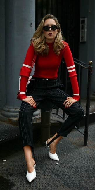 Come indossare e abbinare una borsa a tracolla in pelle rossa: Prova ad abbinare un maglione girocollo rosso con una borsa a tracolla in pelle rossa per essere casual. Calza un paio di sabot in pelle bianchi per dare un tocco classico al completo.