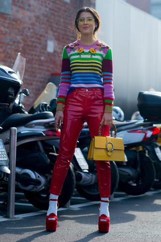Come indossare e abbinare: maglione girocollo a righe orizzontali multicolore, pantaloni skinny in pelle rossi, sandali con tacco in pelle scamosciata rossi, cartella in pelle gialla