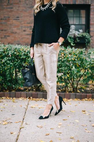 Come indossare: maglione girocollo nero, pantaloni stretti in fondo di seta beige, décolleté in pelle scamosciata decorati neri, cartella in pelle nera
