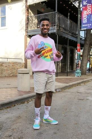 Come indossare e abbinare: maglione girocollo stampato rosa, pantaloncini beige, sneakers basse di tela acqua, calzini stampati bianchi