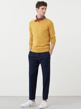 Come indossare e abbinare un maglione girocollo senape: Abbina un maglione girocollo senape con chino blu scuro per un look trendy e alla mano. Opta per un paio di sneakers basse in pelle bianche per un tocco più rilassato.