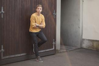 Come indossare e abbinare: maglione girocollo senape, chino grigio scuro, sneakers alte in pelle scamosciata grigie