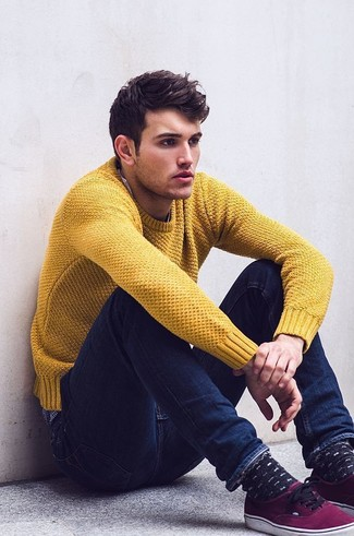 Come indossare e abbinare: maglione girocollo senape, jeans aderenti blu scuro, sneakers basse viola melanzana