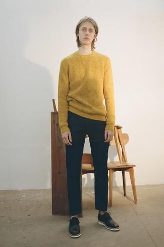 Come indossare e abbinare: maglione girocollo senape, jeans neri, scarpe oxford in pelle nere