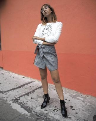 Come indossare: maglione girocollo stampato bianco e nero, minigonna scozzese grigia, stivaletti con lacci in pelle neri