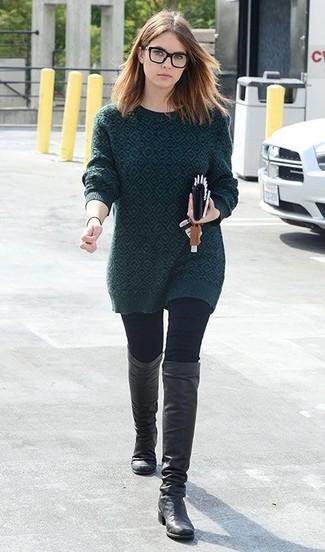 Come indossare: maglione girocollo stampato verde scuro, jeans aderenti neri, stivali al ginocchio in pelle neri
