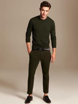 Come indossare e abbinare: maglione girocollo verde oliva, t-shirt girocollo grigia, chino verde oliva, scarpe derby in pelle nere