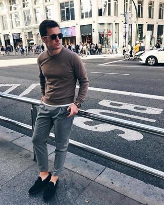 Come indossare e abbinare: maglione girocollo marrone, t-shirt girocollo bianca, chino a righe verticali grigi, mocassini con nappine in pelle scamosciata neri