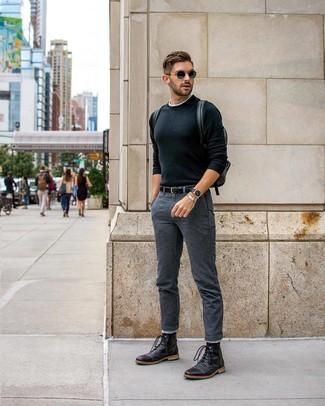 Come indossare e abbinare: maglione girocollo nero, t-shirt girocollo bianca, chino grigio scuro, stivali casual in pelle neri