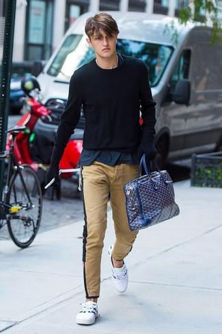 Moda ragazzo adolescente: Potresti combinare un maglione girocollo nero con chino marrone chiaro per vestirti casual. Per un look più rilassato, scegli un paio di sneakers basse bianche.