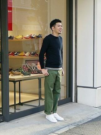 Trend da uomo 2020: Metti un maglione girocollo blu scuro e chino verde oliva per un look semplice, da indossare ogni giorno. Scegli un paio di sneakers basse di tela bianche come calzature per un tocco più rilassato.