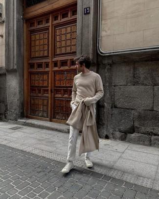Come indossare e abbinare sneakers alte di tela bianche: Indossa un maglione girocollo beige con chino bianchi per un look trendy e alla mano. Sneakers alte di tela bianche renderanno il tuo look davvero alla moda.