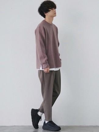 Moda ragazzo adolescente: Coniuga un maglione girocollo viola melanzana con chino marroni per vestirti casual. Scegli un paio di scarpe sportive nere come calzature per un tocco più rilassato.