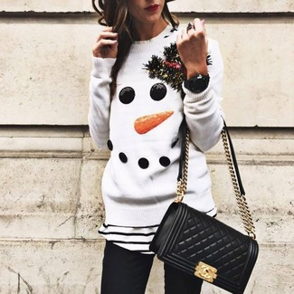 Come indossare e abbinare: maglione girocollo di natale bianco, t-shirt girocollo a righe orizzontali bianca e nera, jeans aderenti neri, borsa a tracolla in pelle trapuntata nera