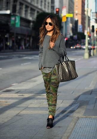Come indossare: maglione girocollo grigio scuro, t-shirt girocollo grigia, jeans mimetici verde oliva, sabot in pelle scamosciata neri