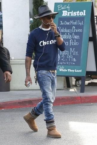 Come indossare e abbinare: maglione girocollo stampato blu scuro, t-shirt girocollo bianca, jeans blu, stivali ugg marrone chiaro