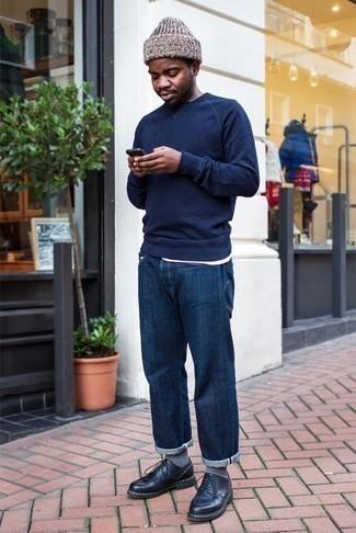 Trend da uomo 2020 in primavera 2020: Opta per un maglione girocollo blu scuro e jeans blu scuro per un look semplice, da indossare ogni giorno. Scegli uno stile classico per le calzature e indossa un paio di scarpe derby in pelle nere. Un look fantastico per essere molto elegante e alla moda anche in questi mesi primaverili.