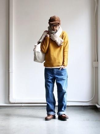 Come indossare e abbinare un maglione girocollo senape: Prova ad abbinare un maglione girocollo senape con jeans blu per un look trendy e alla mano. Rifinisci il completo con un paio di stivali casual in pelle marroni.