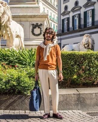 Come indossare e abbinare pantaloni eleganti beige: Abbina un maglione girocollo beige con pantaloni eleganti beige come un vero gentiluomo. Mocassini con nappine in pelle bordeaux sono una gradevolissima scelta per completare il look.