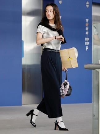 Come indossare: maglione girocollo nero, t-shirt girocollo a righe orizzontali bianca e nera, pantaloni larghi neri, décolleté in pelle neri