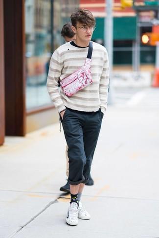 Come indossare e abbinare: maglione girocollo a righe orizzontali beige, t-shirt manica lunga nera, chino neri, sneakers basse in pelle stampate bianche