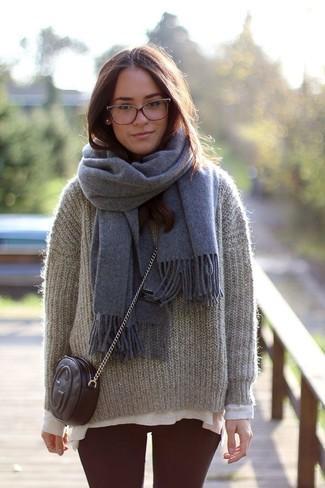 Come indossare: maglione girocollo in mohair grigio, t-shirt manica lunga beige, leggings bordeaux, borsa a tracolla in pelle nera