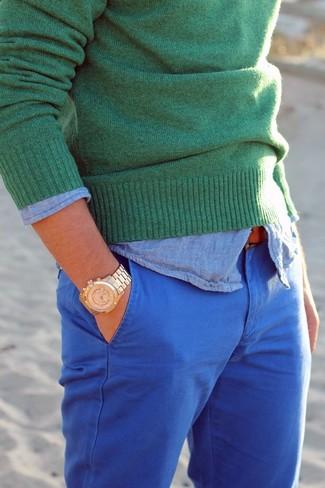 Come indossare e abbinare: maglione girocollo verde, camicia a maniche lunghe in chambray azzurra, chino blu