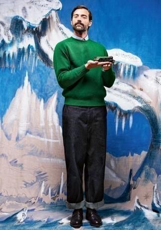 Come indossare e abbinare un maglione girocollo verde: Per creare un adatto a un pranzo con gli amici nel weekend metti un maglione girocollo verde e jeans blu scuro. Mettiti un paio di scarpe derby in pelle nere per mettere in mostra il tuo gusto per le scarpe di alta moda.