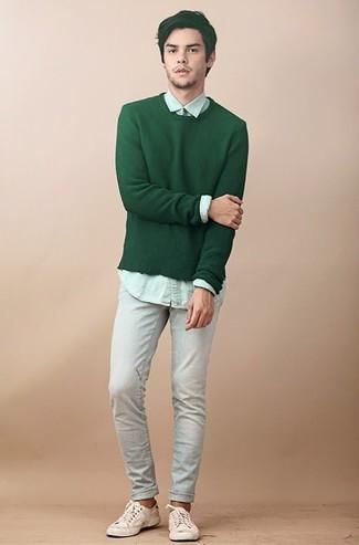 Come indossare e abbinare: maglione girocollo verde, camicia elegante verde menta, jeans azzurri, sneakers basse di tela beige