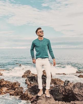 Come indossare: maglione girocollo verde menta, jeans aderenti bianchi, sneakers basse in pelle scamosciata marrone chiaro, orologio argento