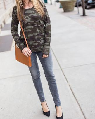 Come indossare: maglione girocollo mimetico verde oliva, jeans grigi, décolleté in pelle scamosciata neri, borsa a tracolla in pelle marrone chiaro