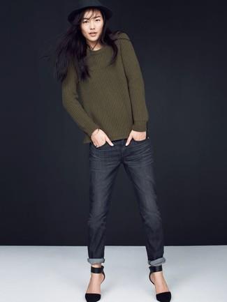 Come indossare: maglione girocollo verde oliva, jeans grigio scuro, décolleté in pelle scamosciata neri, borsalino di lana nero