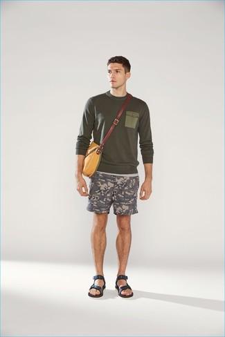 Come indossare: maglione girocollo verde oliva, pantaloncini mimetici grigi, sandali in pelle blu scuro, borsa a tracolla di tela senape