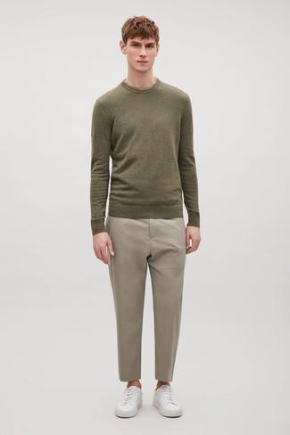 Come indossare e abbinare: maglione girocollo verde oliva, pantaloni eleganti beige, sneakers basse in pelle bianche