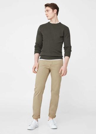 Come indossare e abbinare: maglione girocollo verde oliva, t-shirt girocollo bianca, chino marrone chiaro, sneakers basse in pelle bianche