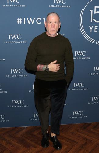 Come indossare e abbinare: maglione girocollo verde oliva, t-shirt girocollo bianca, jeans di velluto a coste neri, scarpe oxford in pelle nere