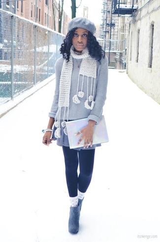 Opta per un maglione girocollo grigio e un vestito di maglia grigio per un look raffinato per il tempo libero. Impreziosisci il tuo outfit con un paio di stivaletti in pelle scamosciata grigi.