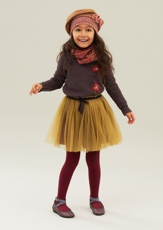 Come indossare: maglione marrone scuro, gonna in tulle gialla, ballerine marrone scuro, berretto senape