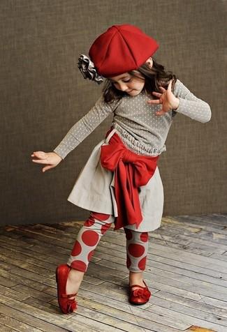 Come indossare: maglione grigio, gonna grigia, leggings rossi, ballerine rosse