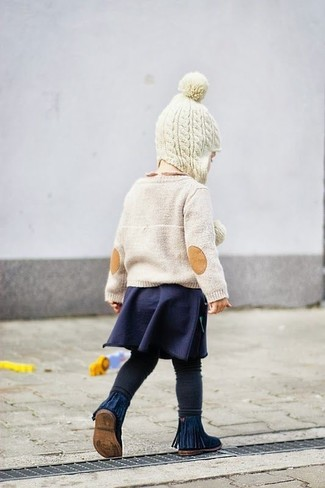 Come indossare e abbinare: maglione beige, gonna blu scuro, leggings neri, stivali blu scuro